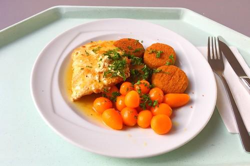Turkey stea in honey pepper sauce with carrots & potatoe cookies / Putenschnitzel in Honig-Pfeffersauce mit Pariser Karotten & Kartoffelplätzchen
