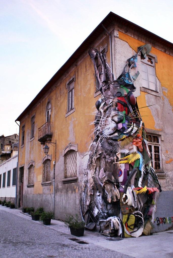 Street art : Lapin crée à partir de déchets par Bordalo II (Arthur Bordalo) sur un coin de rue du quartier de Vila Nova de Gaia à Porto.