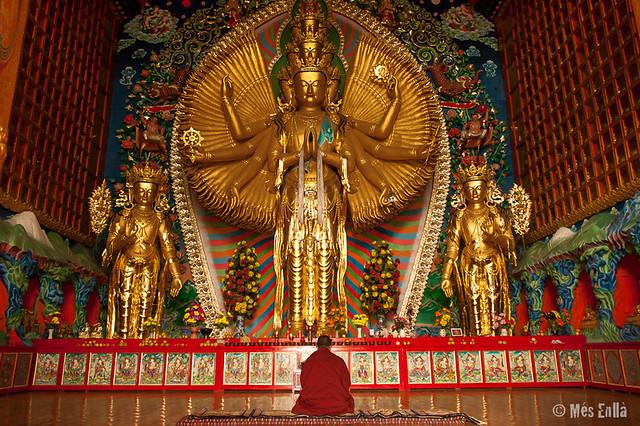 Monje rezando ante la imagen de Avalokiteshvara en Repkong
