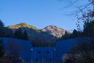 堰堤の先には雪頭ヶ岳
