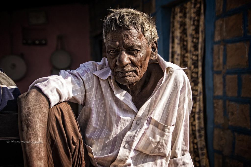 BADAMI : PORTRAIT DHOMME DANS LA RUE