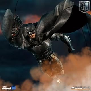 附屬令人驚喜的天啟魔步槍!! MEZCO ONE:12 COLLECTIVE 系列《正義聯盟》蝙蝠俠 戰術蝙蝠裝 Tactical Suit Batman 1/12 比例人偶作品