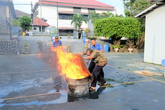 Pemadaman Api menggunakan Karung Basah