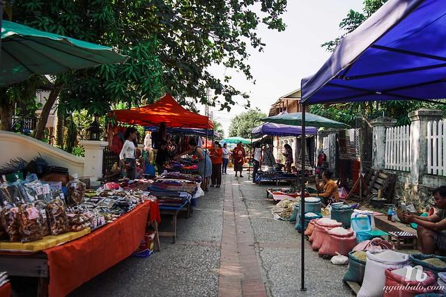 Nhật ký du lịch bụi Lào (3): Trở lại Luang Prabang - Khất thực, Chợ và núi Phousi
