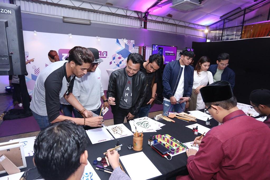 Faizal Tahir Salah Seorang Artis Membuah Persembahan Sedang Mengunjungi Booth Tulish Khat Di Zayan Launch Event