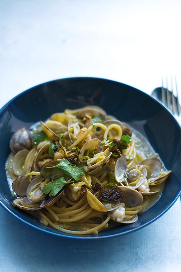 Spaghetti alle vongole con gamberi e pistacchi