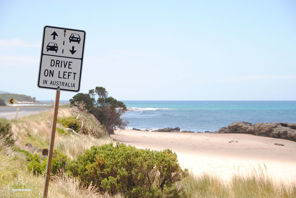 Drive on left -tiekyltti, Great Ocean Road, Australia