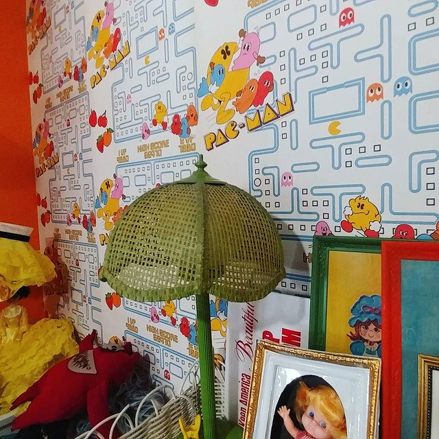 The guestroom at Casa de Kitsch has vintage Pac-Man wallpaper! #pacmanfever #pacman #palmsprings #casadekitsch #thanksgiving2017 #wallpaper #pacmanwallpaper #eighties