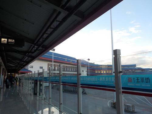 麗江空港、通路が外にある
