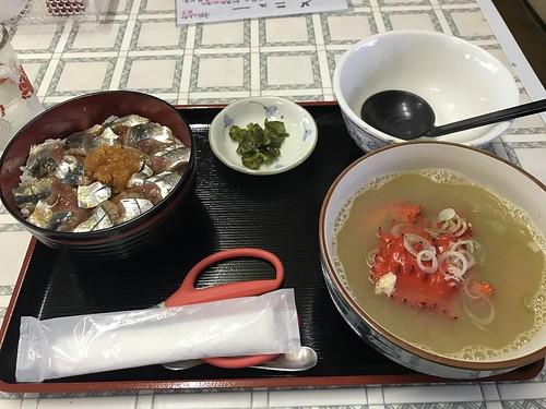 サンマ丼とかにの鉄砲汁。1800円。