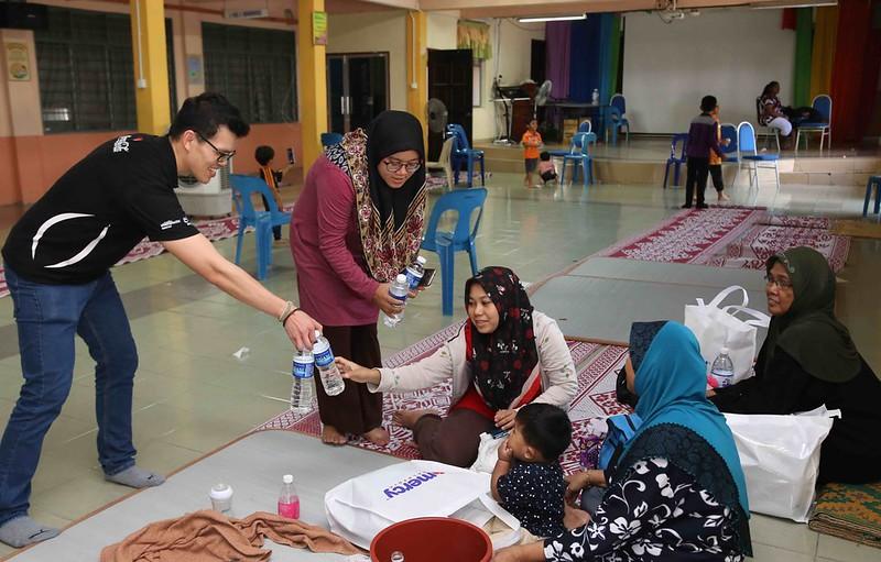 Coca-Cola Staff Distributes Water To Families Seeking Shelter At Sk Bertam Indah In Seberang Perai