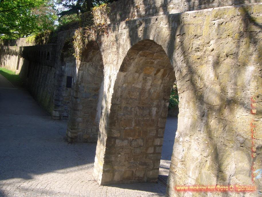 Исторический центр Швайнфурта с фотоаппаратом прогулки туристов