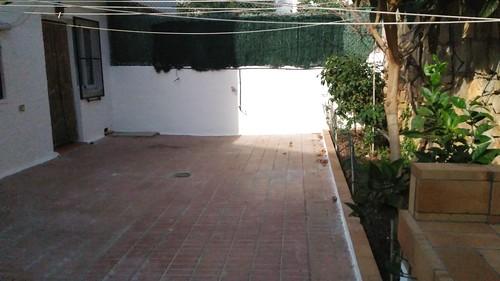 Parcela trasera de unos 40 m2 aproximados, provista de barbacoa, muy soleado. Solicite más información a su inmobiliaria de confianza en Benidorm  www.inmobiliariabenidorm.com