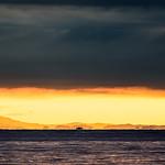 20. Oktoober 2017 - 17:17 - 地平線近くだけわずかに雲が切れている状態の日没時は、予期しない情景を見せてくれる時があります。これは浮島現象も写っています。
