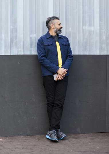 ネイビーGジャン×グレー黄バイカラーTシャツ×黒パンツ×Nikeグレースニーカー