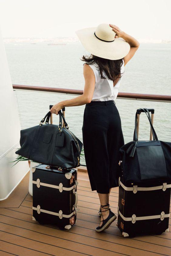 ragazza con set di valigie