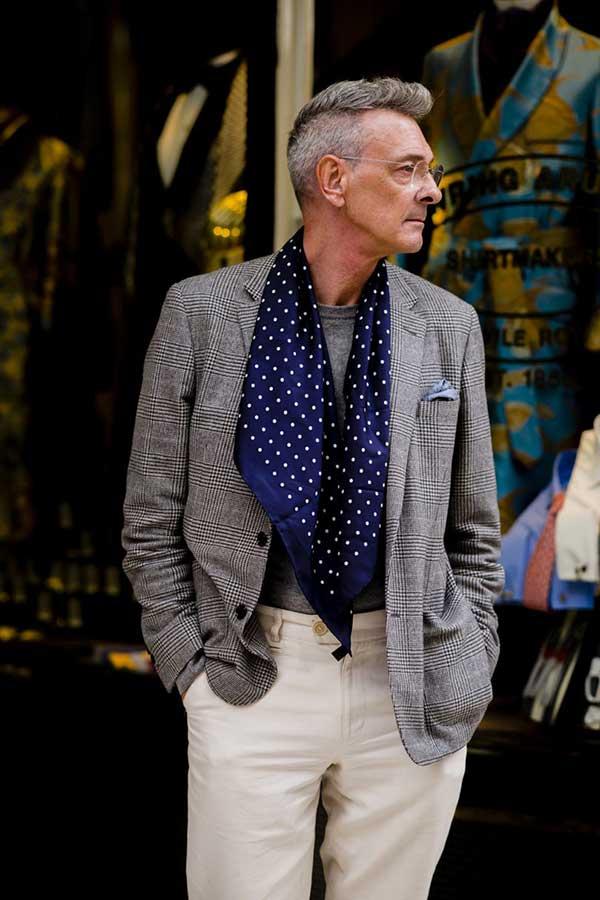 グレンチェックテーラードジャケット×グレーセーター×紺ドットストール×白パンツ