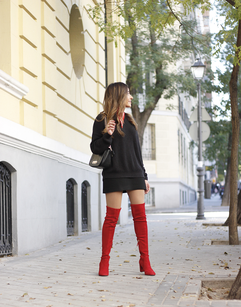 black outfit red over the knee boots uterqüe coach bag fall outfit fashion style09