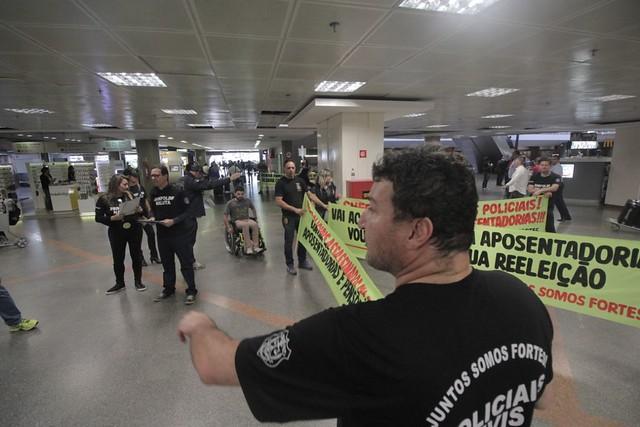 27.11.17 - Manifestação contra a reforma da previdência no aeroporto.