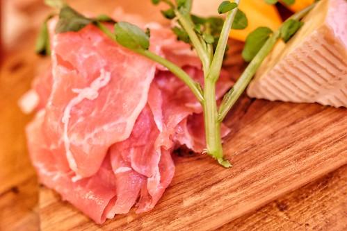 アンティパスト盛り合わせ      生ハム、ピクルス、     チーズ3種(モッツァレラ、ミモレット、カマンベール)