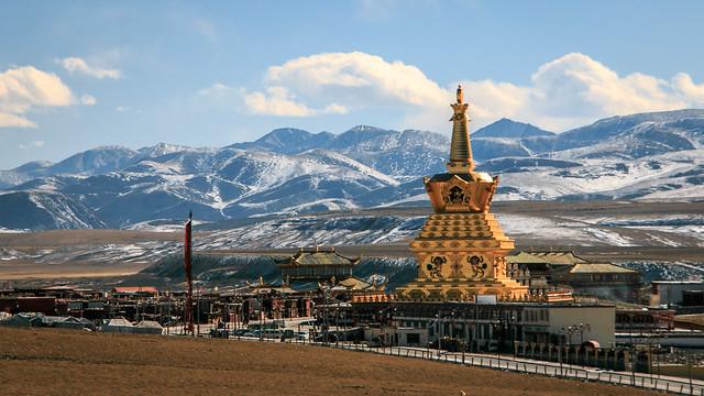 Big golden Chorten and mountains, Yarchen Gar, アチェンガルゴンパ 大きな金ピカチョルテンと山々