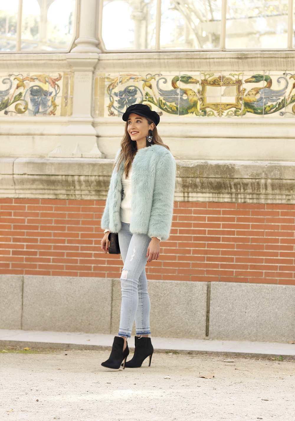 blue light faux fur coat navy cap ripped jeans zara tiger uterqüe earrings outfit street style06