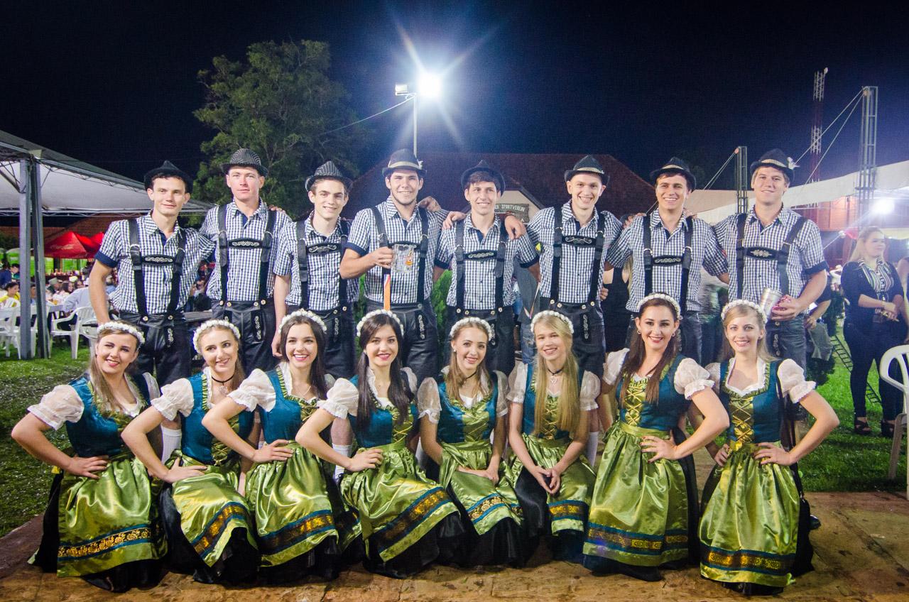 Elenco de bailarines de la Colonia Independencia, presentes para dar espectáculos de danza en la fiesta de la cerveza. (Elton Núñez).