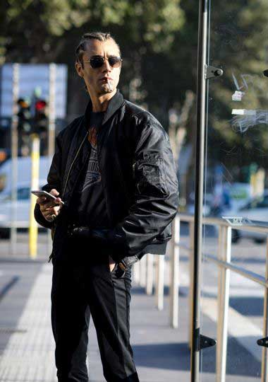 黒MA-1×黒Tシャツ×黒パンツ