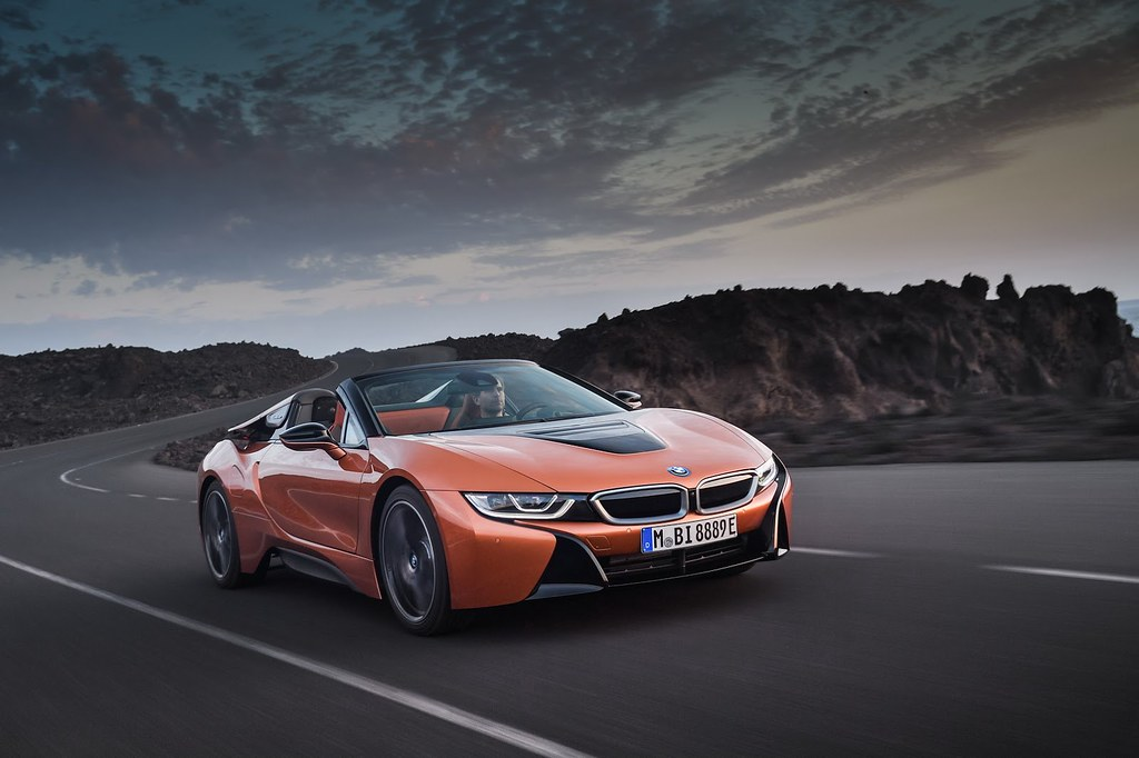 2019-BMW-i8-Roadster-Coupe-35