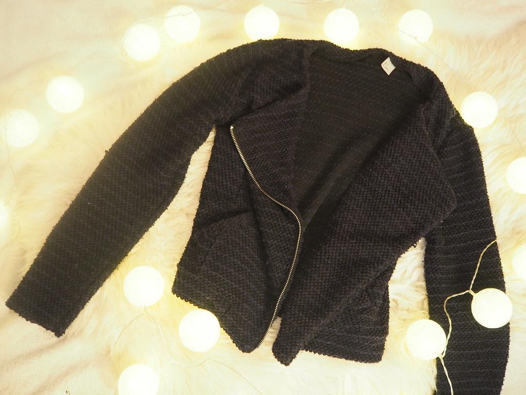 tummansininen jakku