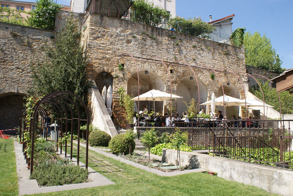 Jardin et terrasse du café du musée Gadagne à Lyon.