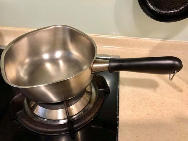 【手帖365】柳宗理不鏽鋼單手鍋 這真的不是業配,這只鍋真的太好用,我到現在才拿它出手真是太不應該了! 這只單手鍋用途廣,我最愛說:「舉凡煮湯煮麵下水餃燒開水舀水澆花甚至洗澡,這只鍋一卡搞定!」我認真覺得家庭第一口鍋的角色應該交給它!鍋身不鏽鋼所以容易清洗不易卡髒汙,把手弧度手感好握,重點是獨特的弧形出水口,可以很方便俐落倒出鍋內的食物或湯汁。至於需不需買鍋蓋,我本人的經驗倒是很少用到。 對了,因為懶惰的關係,我家煮一人份泡麵都是煮了整鍋上桌直接吃(羞)! #生活手帖365 →內舉不避親這卡鍋我公司有賣: