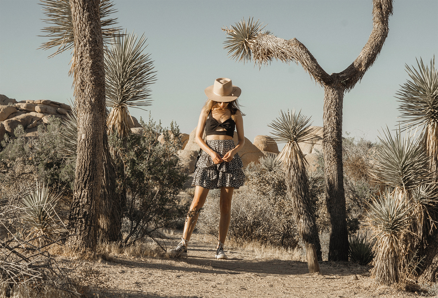 joshuatreepark_highwaistedskirt_lackofcolor_hat_thezulu_celinebox_california_blogger_04