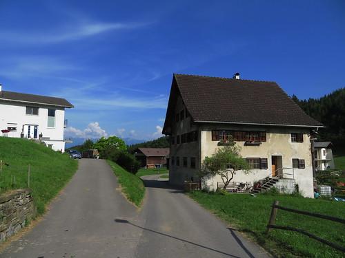 20170615 05 052 Jakobus Röns Wolken Berge Bäume Häuser WegKreuzung