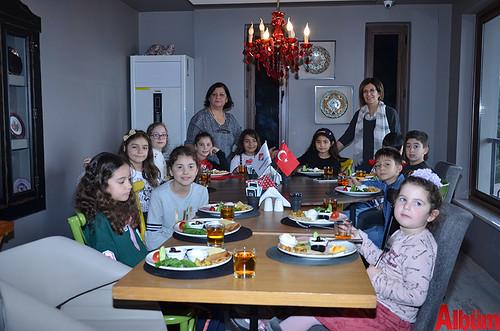 Bahçeşehir koleji Alanya İlköğretim Müdürü Nevin Seki ve Sınıf Öğretmeni Fazile Erbil ve öğrencileri hep birlikte poz verdi.