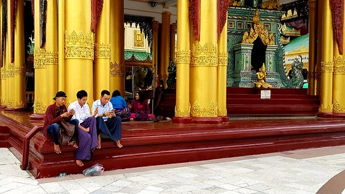 Smartphone-Trio in der Shwedagon-Pagode von Yangon