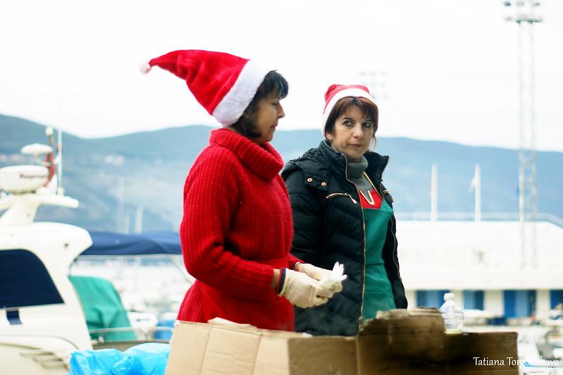 Женщины готовят  рыбу