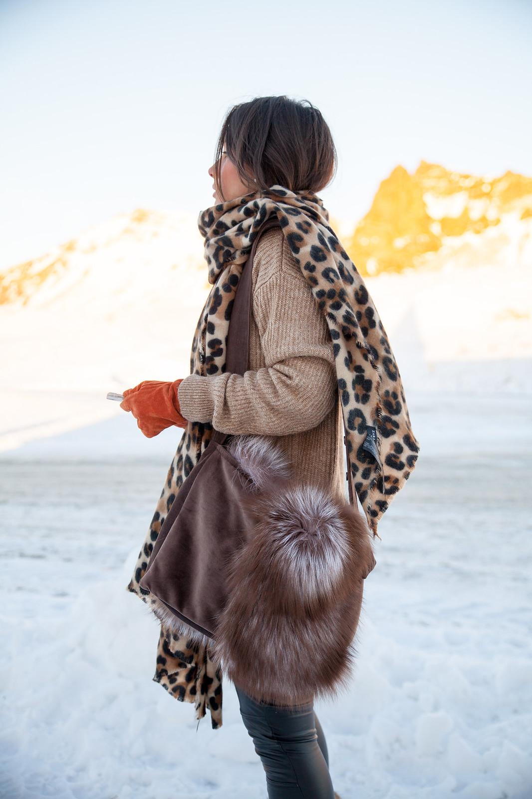 iceland theguestgirl laura santolaria ropa para ir a islandia diciembre auroras boreales bufanda de leopardo bolso de pelo barcelona influencer traveler