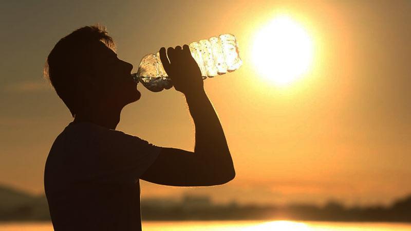 Minum air yang cukup dapat menghindari diri dari dehidrasi di musim panas.