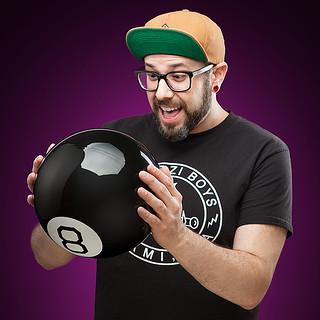 明年的運勢就看它了~~ThinkGeek【巨大神奇八號球】Giant Magic 8 Ball 任何問題都可以問他歐~