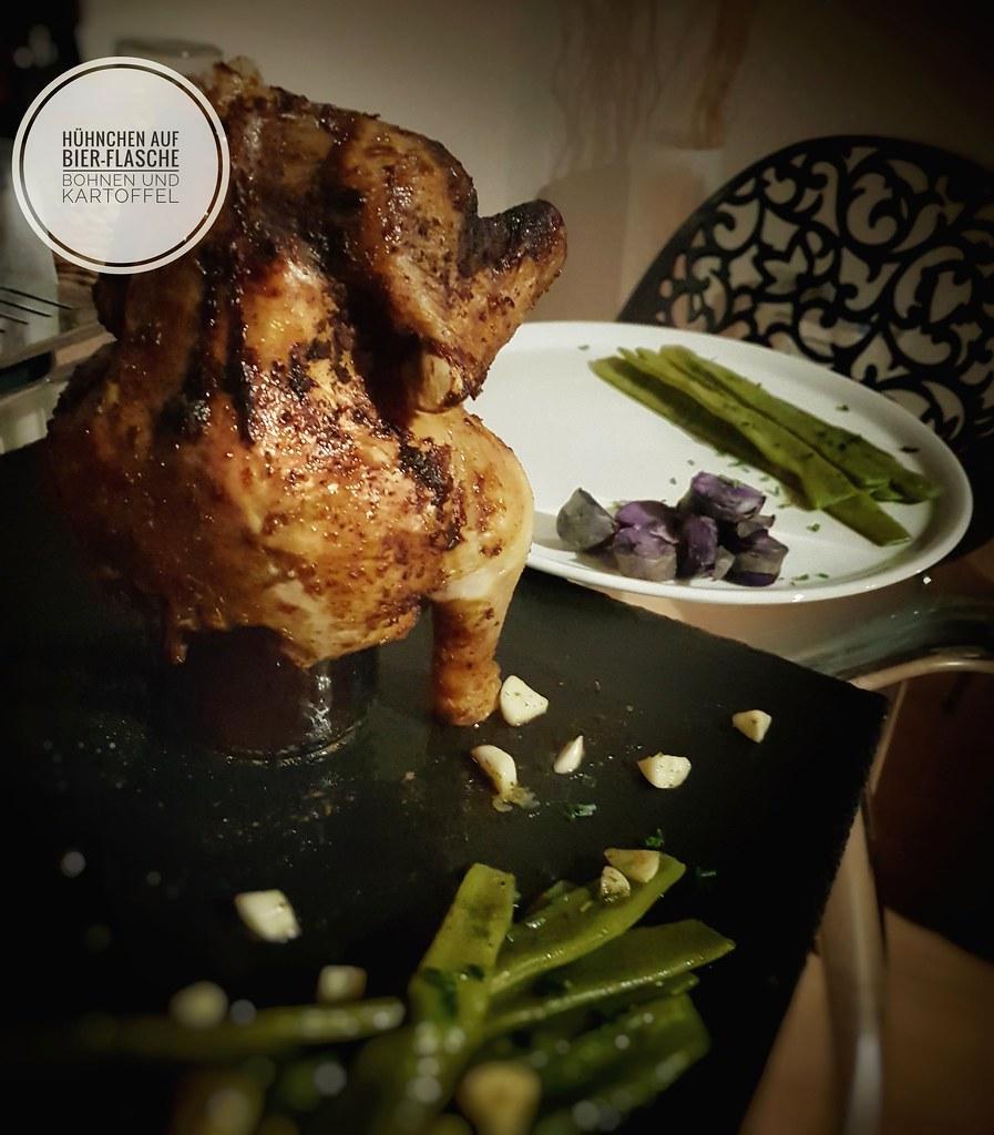 Hühnchen auf Bierdose (Flasche), lila Kartoffeln und Knoblauchbutter-Bohnen
