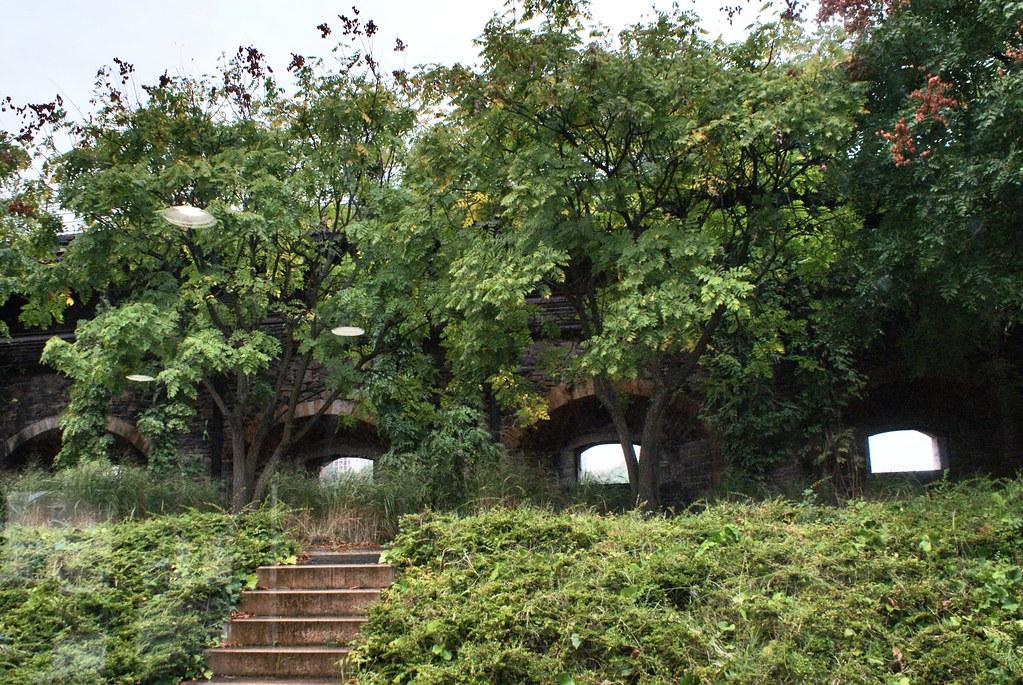 Jardin du Fort Saint Jean à Lyon devant les meurtrières.