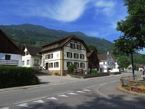 20170614 04 404 Jakobus Schnifis Häuser Hügel Wald
