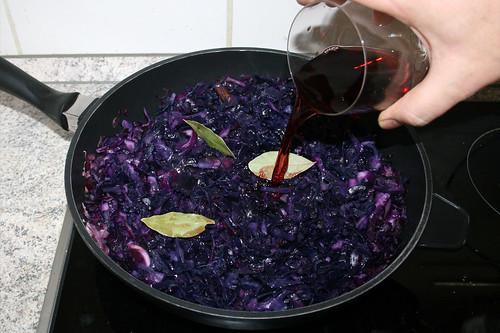 50 - Mit Rotwein ablöschen / Deglaze with red wine