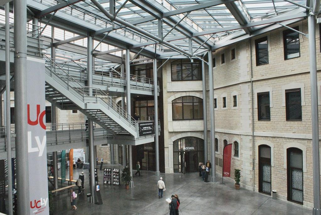 Grande cour intérieure de l'Université Catholique de Lyon sur le site de l'ancienne prison de Lyon.