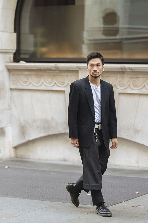 黒テーラードジャケット×白Tシャツ×黒デザインスラックス×黒ダービーシューズ