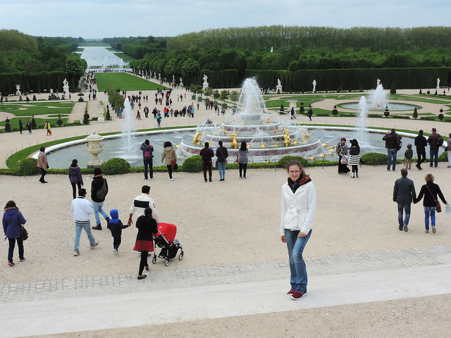 When tourists are not welcome: crowd in the huge Versailles garden