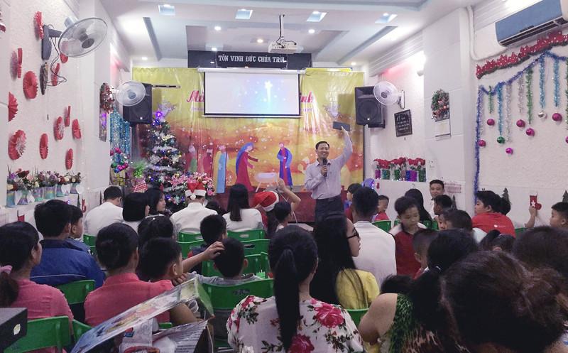 Hội Thánh Sài Gòn - GIáng Sinh Có khoảng 60 người tham dự và 10 người tiếp nhận Chúa (2)
