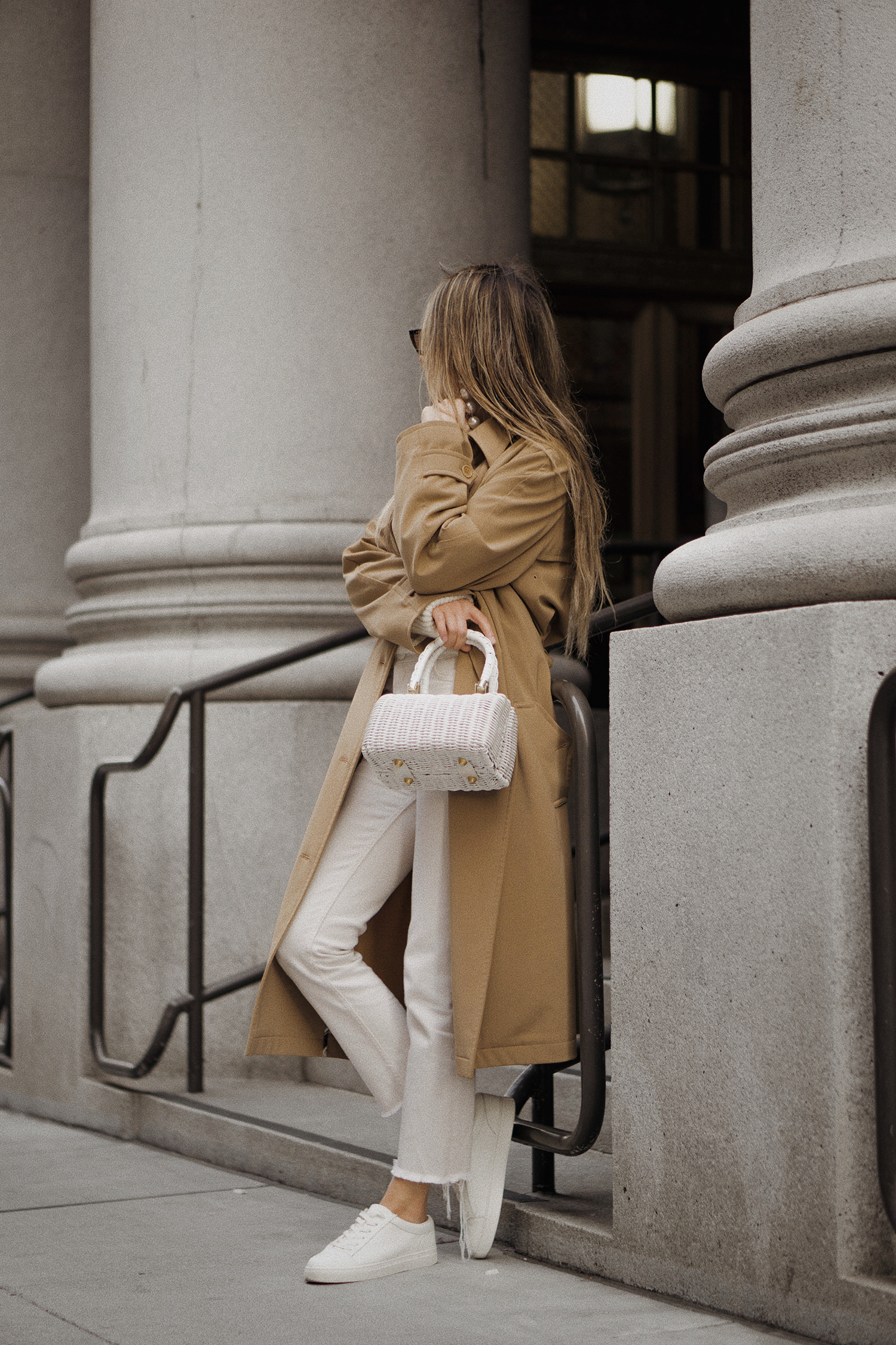 paulsmith_trenchcoat_vinceshoes_wicker_bag_white_outfit_freepeople_lenajuice_thewhiteocean_09