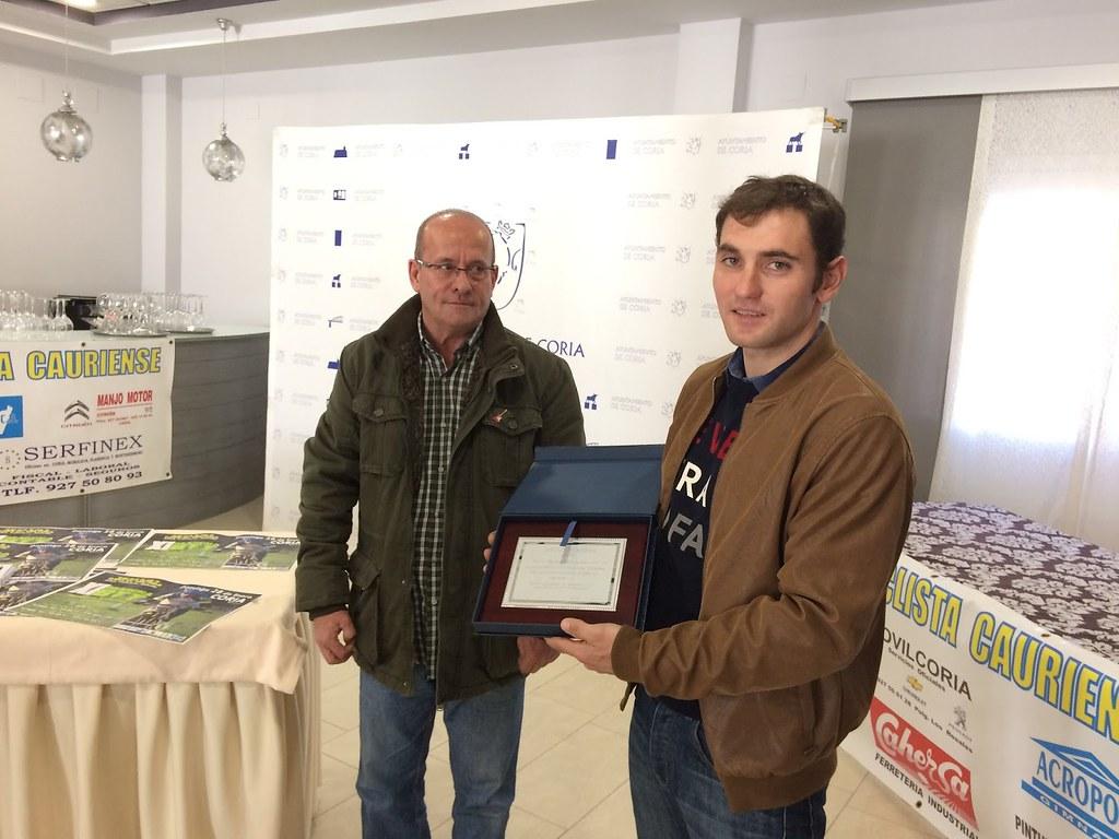 Luis Carlos González Ramos del Club Ciclista Cauriense, es galardonado por la Federación Extremeña de Ciclismo como campeón élite de la Copa Federación BTT maratón y a la regularidad